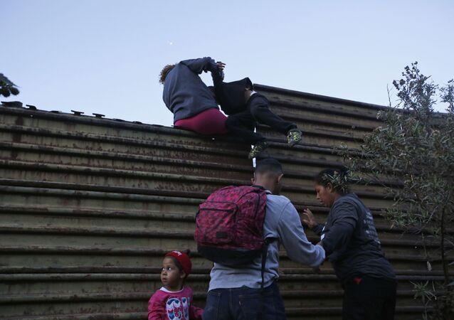 Migranti al confine tra Messico e USA (foto d'archivio)