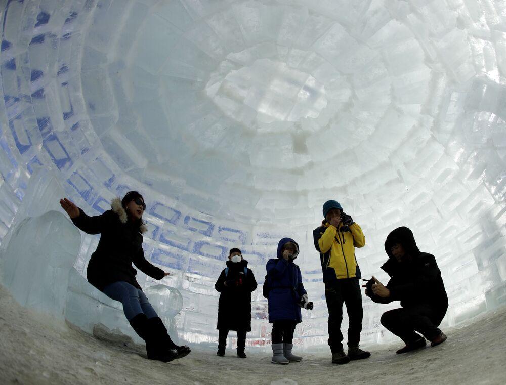 I turisti dentro un igloo costruito per le Olimpiadi invernali a Pyeongchang, Corea del Sud.