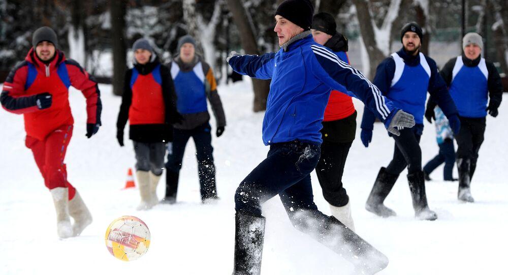 I partecipanti alla partita di calcio in valenki a Kazan, Russia.