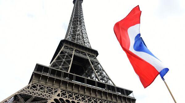 La Torre Eiffel a Parigi e la bandiera della Francia - Sputnik Italia