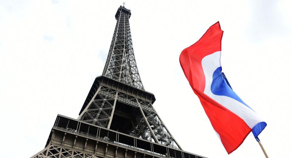 La Torre Eiffel a Parigi e la bandiera della Francia