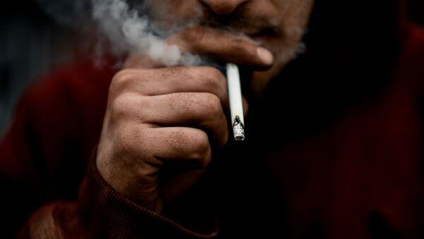 Un fumatore - Sputnik Italia