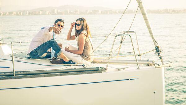 Coppia scatta selfie in barca - Sputnik Italia