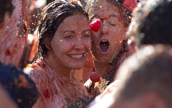Ragazze fanno un selfie durante la battaglia dei pomodori ad Amsterdam. - Sputnik Italia