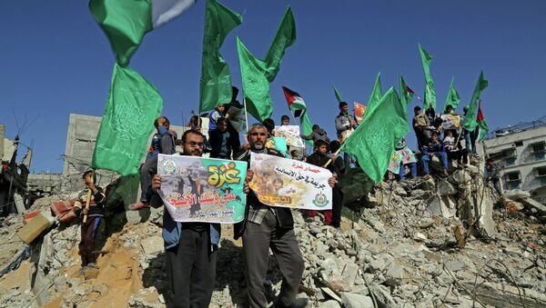 I sostenitori di Hamas con le bandiere di Hamas - Sputnik Italia