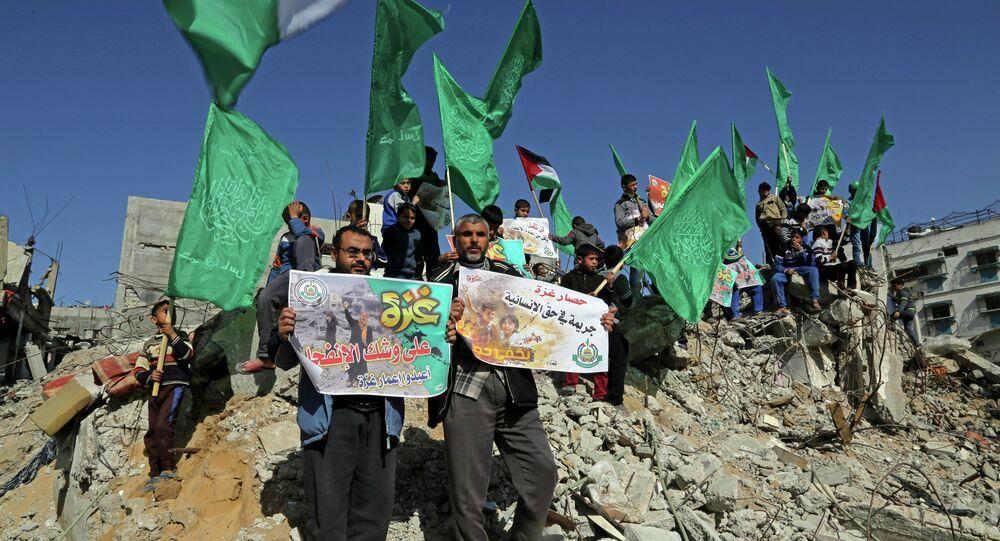 I sostenitori di Hamas con le bandiere di Hamas