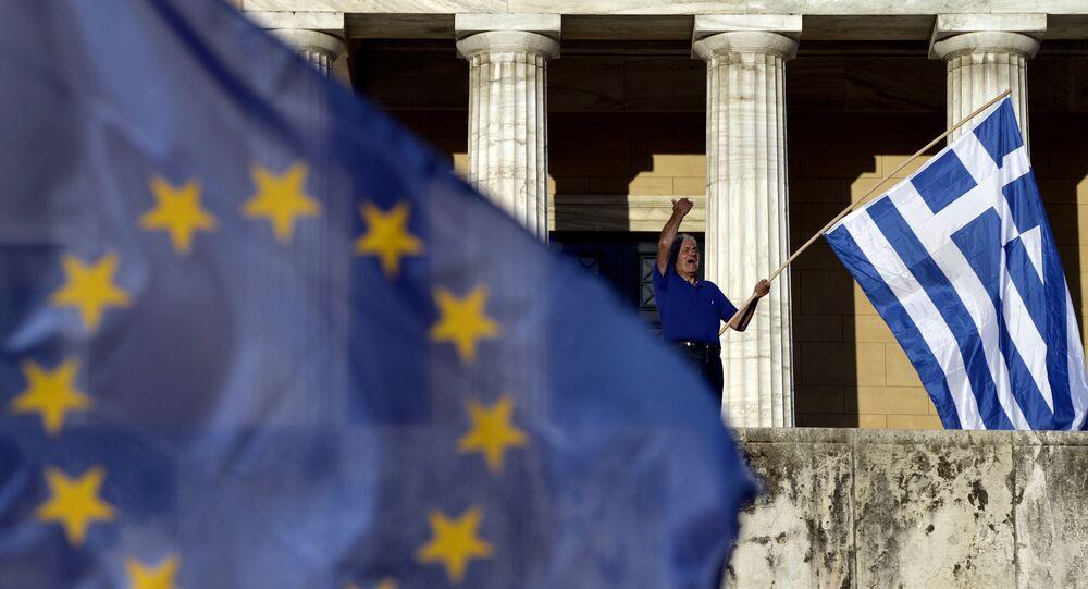 Bandiere di Grecia e UE al Partenone di Atene