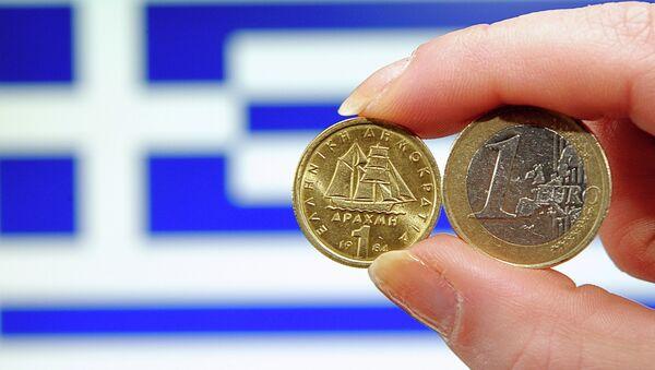 Una dracma e un euro davanti alla bandiera greca - Sputnik Italia