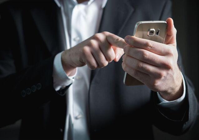 Uomo con telefono cellulare