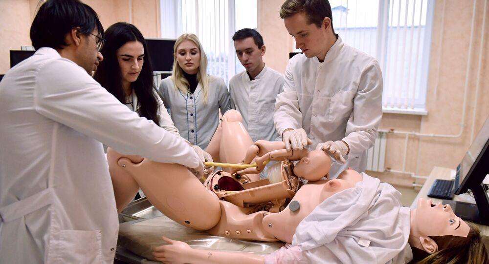 Studenti di medicina in un'esercitazione di laboratorio