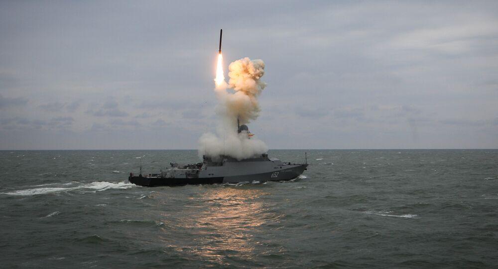 Nave lancia un missile