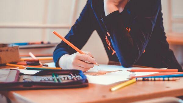 Bambina seduta a un banco di scuola - Sputnik Italia