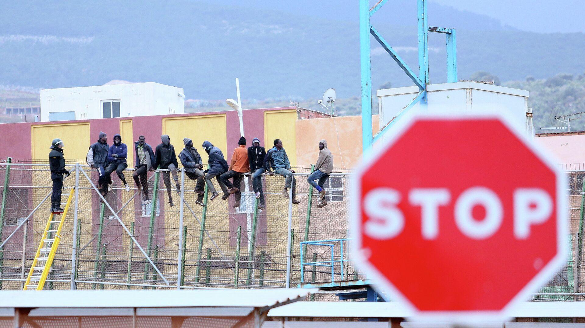 Migranti scavalcano la recinzione per raggiungere Melilla - Sputnik Italia, 1920, 22.07.2021