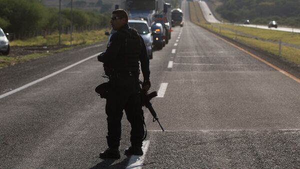 Mexican state police stop traffic, near the entrance of Rancho del Sol, near Ecuanduero, in western Mexico, Friday, May 22, 2015 - Sputnik Italia