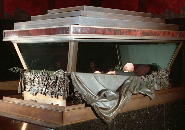 Corpo di Lenin esposto al mausoleo nella Piazza Rossa
