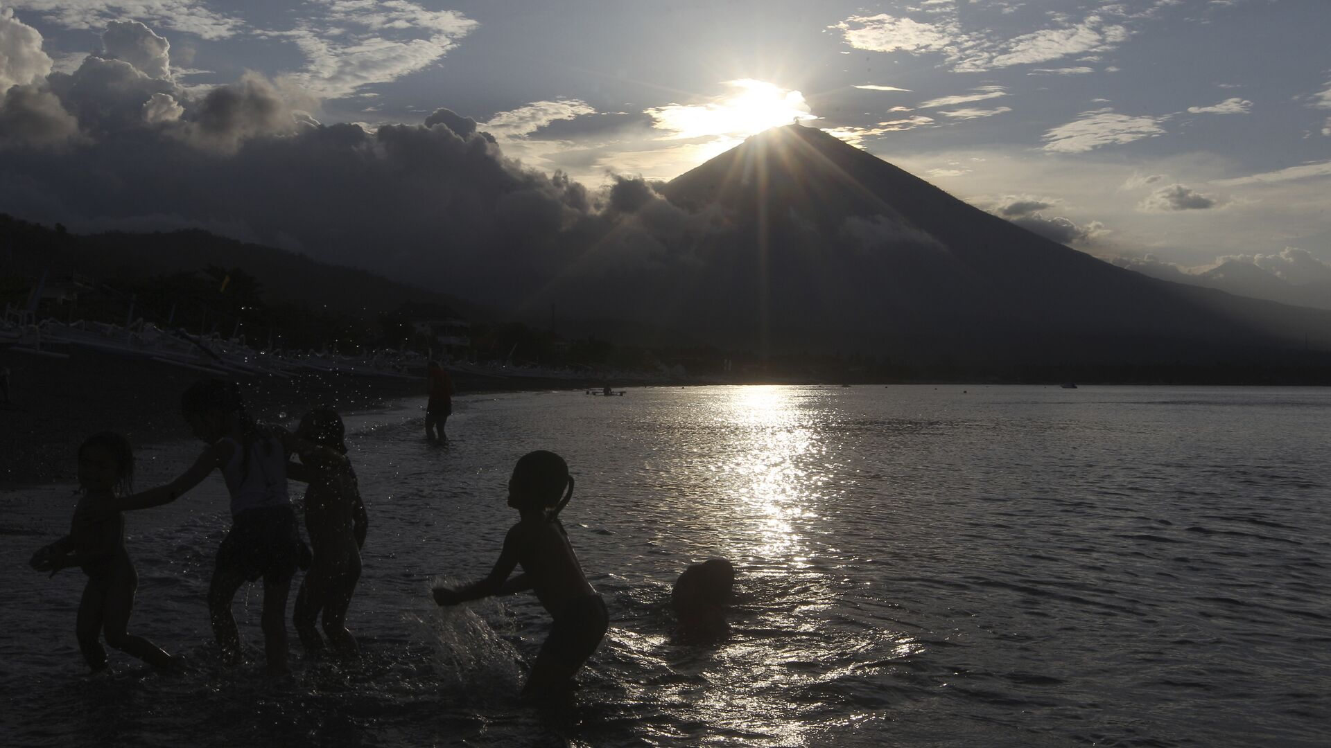 a beach with Mount Agung volcano seen in the background during sunset in Karangasem, Bali, Indonesia.  - Sputnik Italia, 1920, 31.08.2021