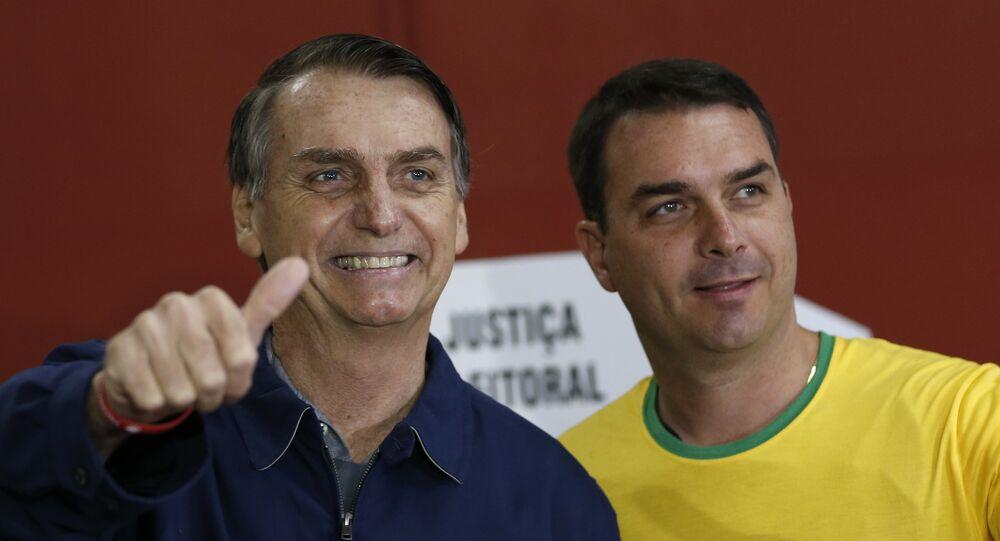 Il candidato alle presidenziali in Brasile, Jair Bolsonaro (PSL), insieme al figlio Flávio.