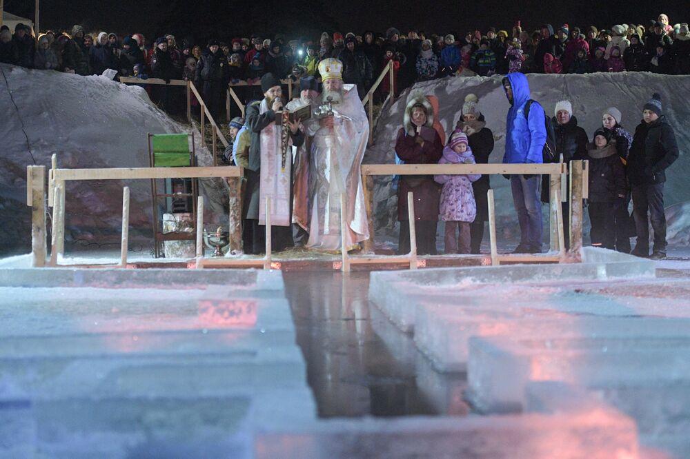 La benedizione dell'acqua da un sacerdote, vicino a San Pietroburgo.