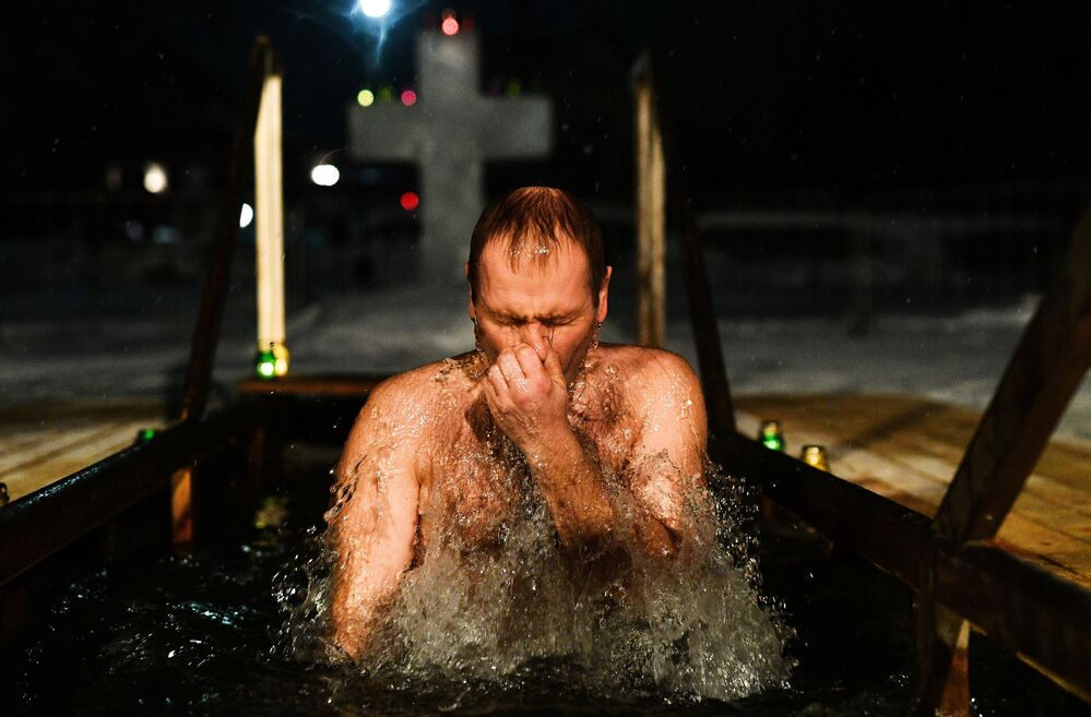 Un uomo si tuffa nell'acqua gelata.