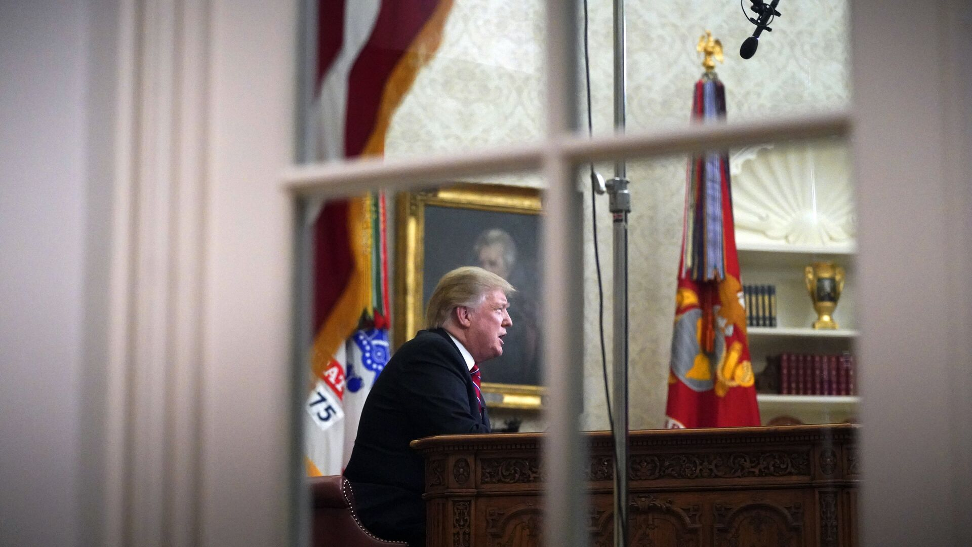 As seen from a window outside the Oval Office, President Donald Trump gives a prime-time address about border security Tuesday, Jan. 8, 2018, at the White House in Washington - Sputnik Italia, 1920, 17.06.2021
