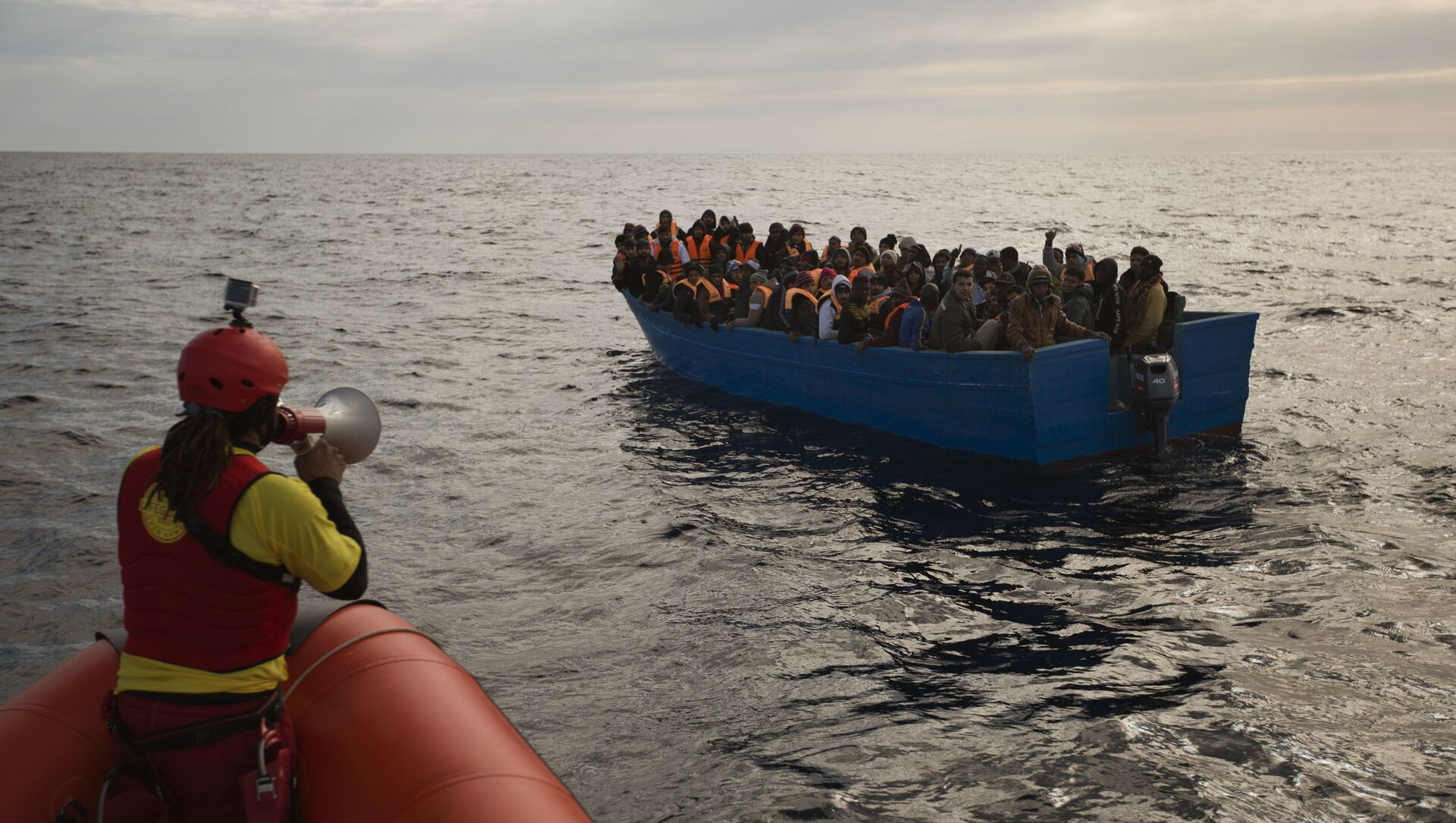 Migranti e rifugiati aiutati dai membri dell'ONG spagnola Proactiva Oper Arms nel mar Mediterraneo nei pressi di Libia (foto d'archivio) - Sputnik Italia, 1920, 23.04.2021