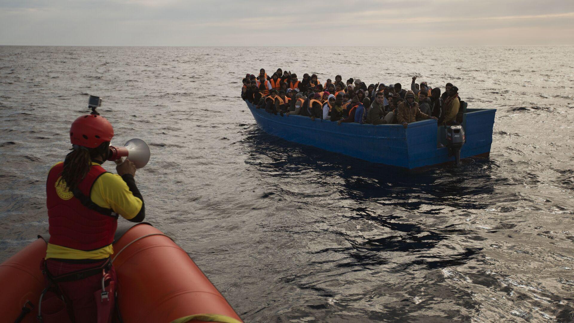 Migranti e rifugiati aiutati dai membri dell'ONG spagnola Proactiva Oper Arms nel mar Mediterraneo nei pressi di Libia (foto d'archivio) - Sputnik Italia, 1920, 24.08.2021