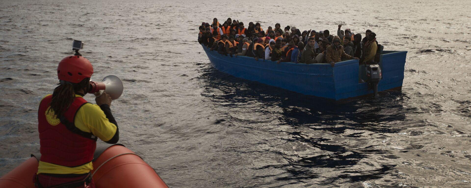 Migranti e rifugiati aiutati dai membri dell'ONG spagnola Proactiva Oper Arms nel mar Mediterraneo nei pressi di Libia (foto d'archivio) - Sputnik Italia, 1920, 15.07.2021