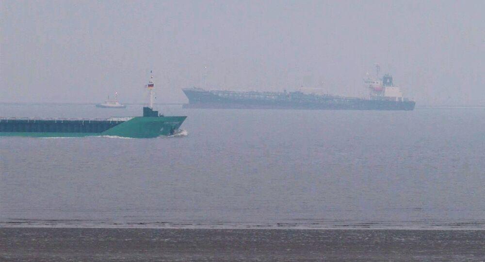 Una petroliera al largo dell'estuario dell'Elba in Germania