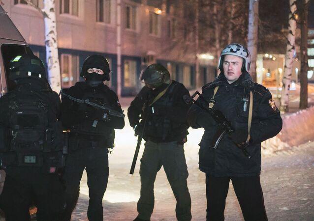Uomini dei reparti di sicurezza delle forze dell'ordine russe presso l'aeroporto di Khanty-Mansiysk