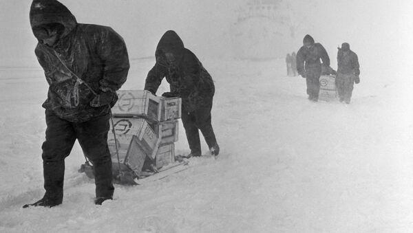 Esploratori sovietici all'arrivo in Antartide durante una spedizione del 1964, diretta all'osservatorio Mirniy - Sputnik Italia