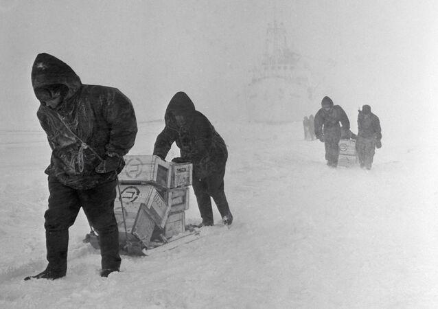 Esploratori sovietici all'arrivo in Antartide durante una spedizione del 1964, diretta all'osservatorio Mirniy