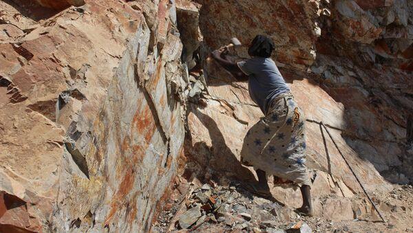 Adjawa arrache de gros morceaux de pierre au flanc de la montagne, Cameroun - Sputnik Italia