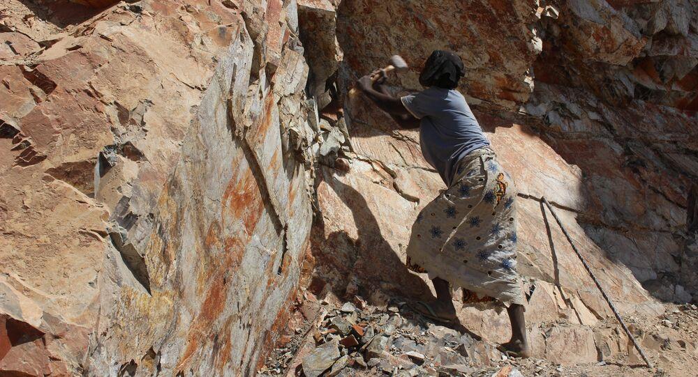Donna camerunese al lavoro in una cava