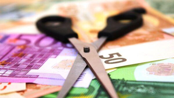 Banconote euro e le forbici - Sputnik Italia