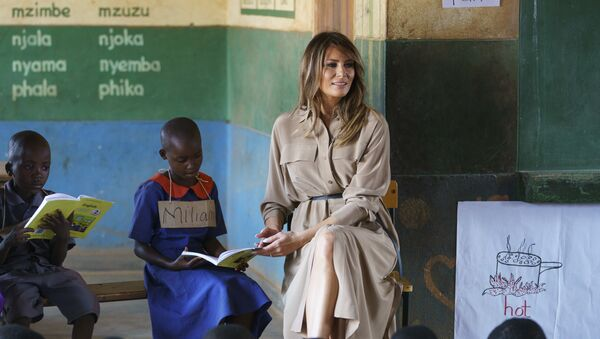 La first lady Melania Trump insieme a degli scolari in una scuola del Malawi - Sputnik Italia