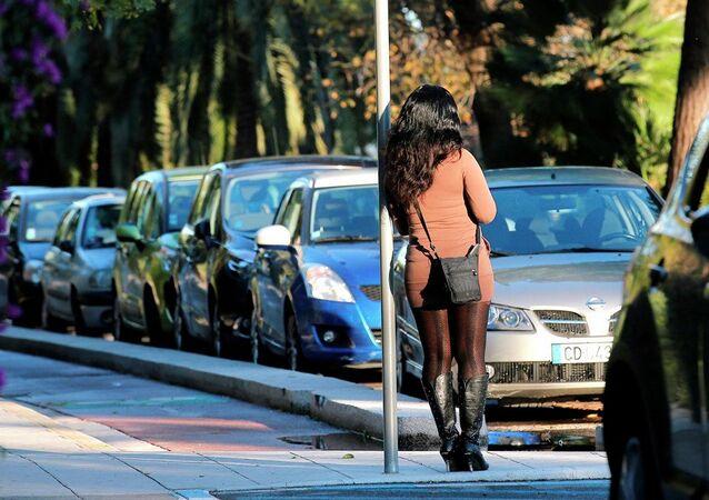 Una ragazza che sta aspettando un cliente