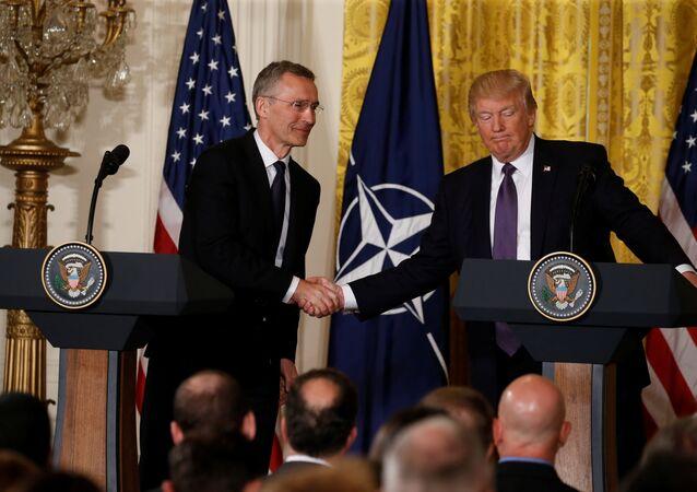 Jens Stoltenberg e Donald Trump (foto d'archivio)