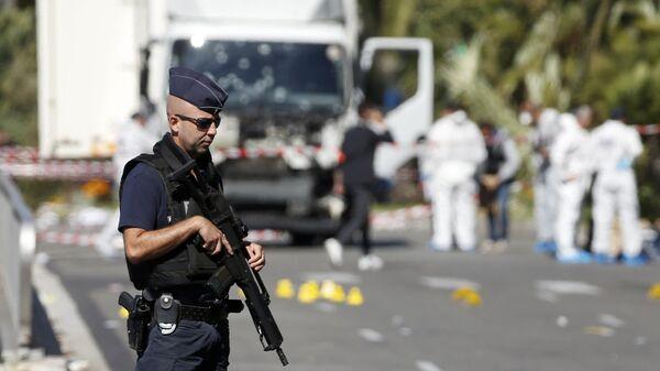Un agente di polizia in Francia - Sputnik Italia