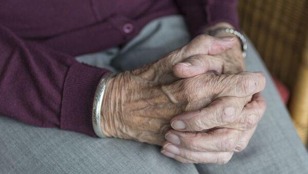 Руки пожилой женщины - Sputnik Italia