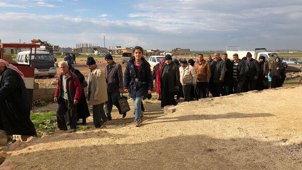 Profughi lasciano Idlib occupato dai terroristi - Sputnik Italia