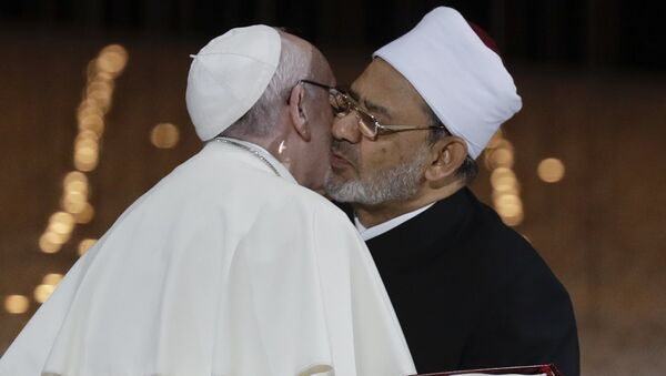 Pope Francis Hugs Sheikh Ahmed el-Tayeb, the Grand Imam of Egypt's Al-Azhar - Sputnik Italia