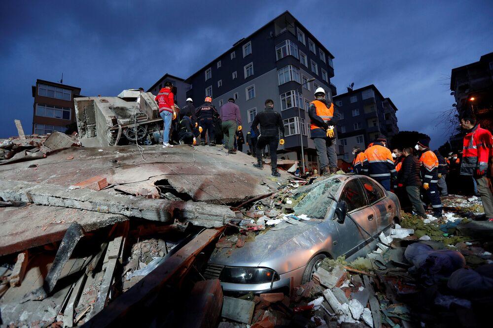 Protezione civile turca cerca i sopravissuti dopo il crollo di un'edificio ad Istanbul.