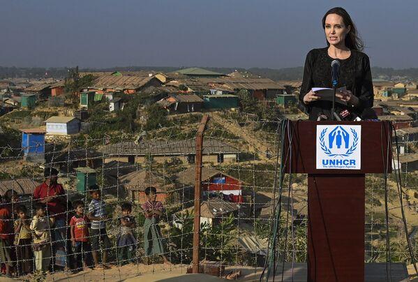 Attrice ed ambasciatrice dell'UNHCR Angelina Jolie durante la sua visita nel Bangladesh. - Sputnik Italia