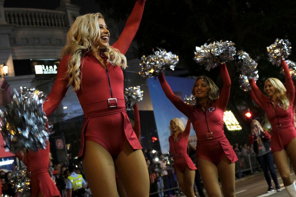 Atlanta Falcons Cheerleaders partecipano alla parata dedicata al Capodanno cinese a Hong Kong.