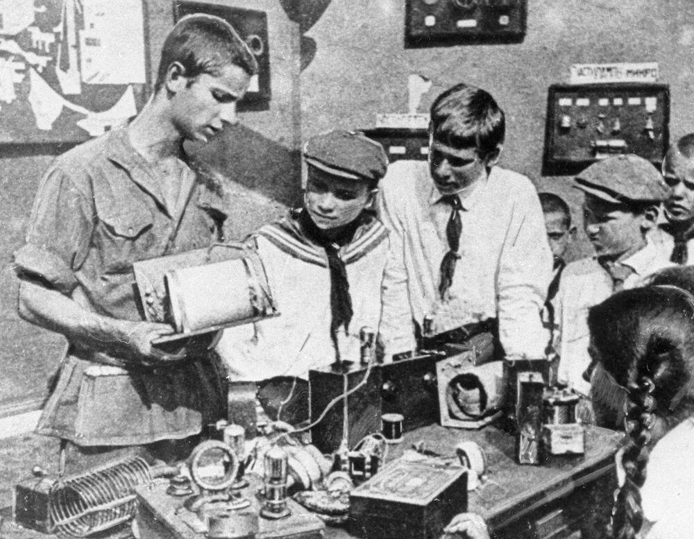 Giovani pionieri studiano il funzionamento di un'apparecchiatura radio