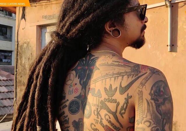 Un tatuatore indiano si è fatto tatuare 442 loghi di marche preferite