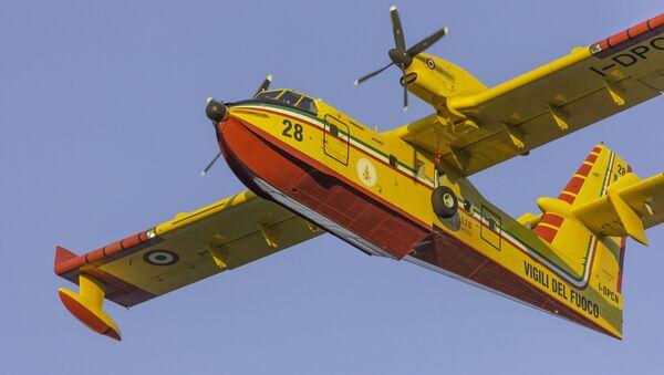 L'aereo Bombardier CL-415 dei Vigili del Fuoco  - Sputnik Italia