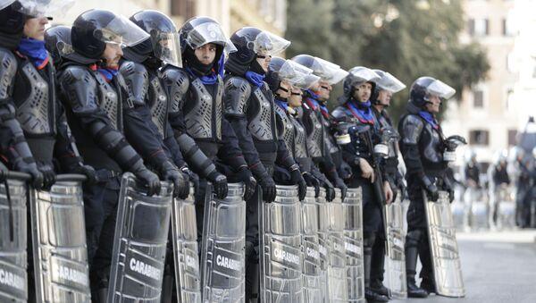 La polizia antisommossa italiana durante una protesta  - Sputnik Italia