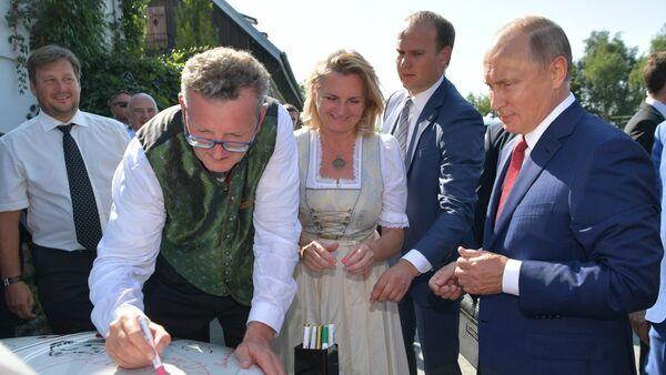 Vladimir Putin firma il cofano del maggiolino degli sposi - Sputnik Italia