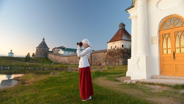 Visitatrice in pellegrinaggio al monastero Solovetskiye - Sputnik Italia